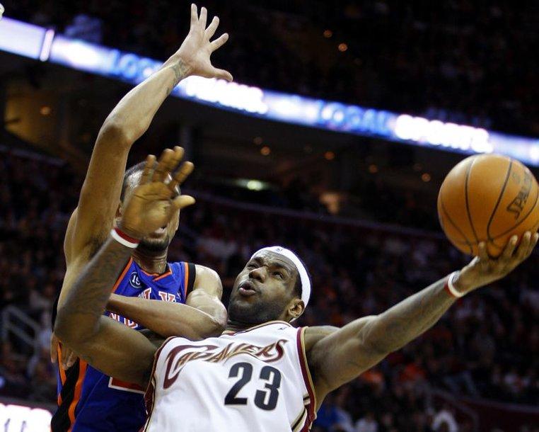 """L.Jamesas per vieną rungtynių atkarpą į """"Knicks"""" krepšį įmetė 24 taškus iš eilės"""