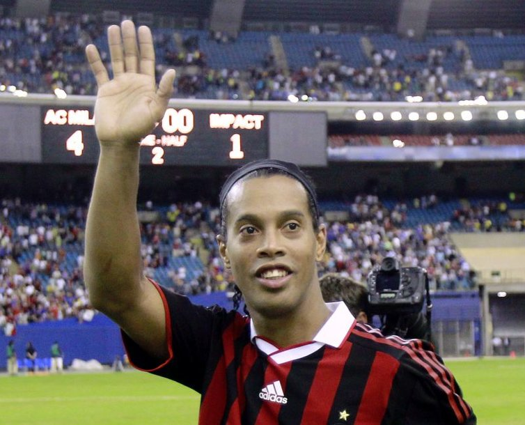 """Ronaldinho gali atsisveikinti su """"AC Milan"""" klubu ir grįžti rungtyniauti į Braziliją"""
