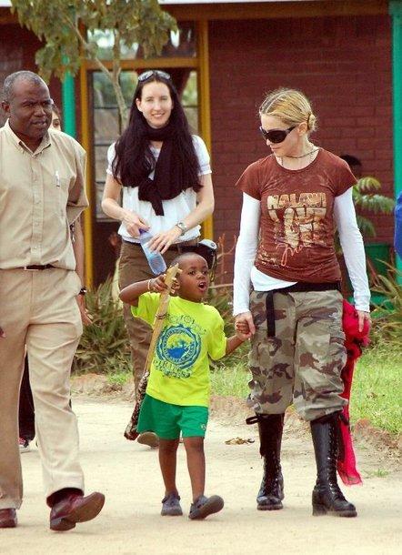 Madonna su 3-ejų įvaikiu iš Malavio Davidu Banda.