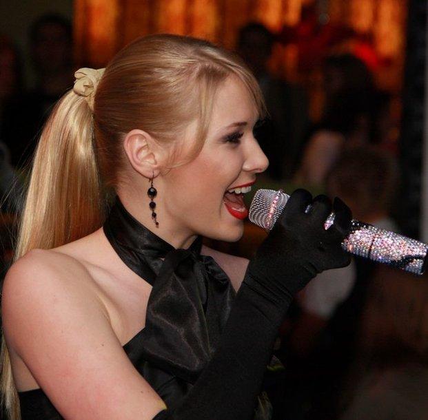 Foto naujienai: Natalija Zvonkė koncertuoja su prabangiu, tačiau pavojingu mikrofonu
