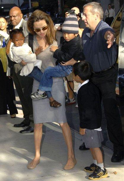 Foto naujienai: Angelina ir Bradas įsivaikino Paxą