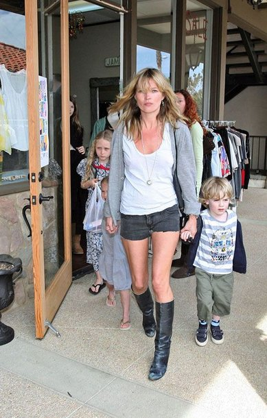 """Foto naujienai: Kate Moss vėl -  """"stiliaus karalienė"""""""