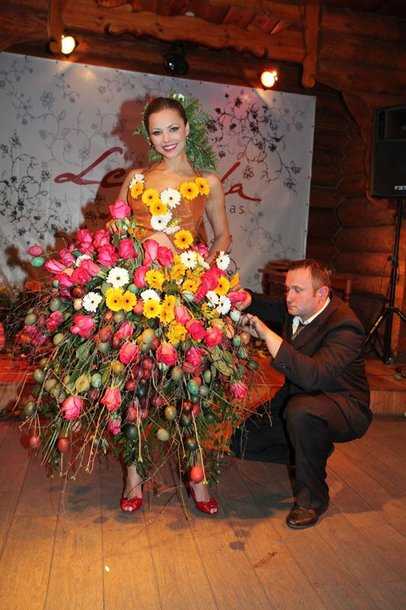 Foto naujienai: Goda Sabutytė ir Modestas Vasiliauskas: suknelė iš velykinių margučių
