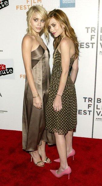 Foto naujienai: Mary-Kate Olsen ir Ashley Fuller Olsen. Panašios, bet skirtingos!