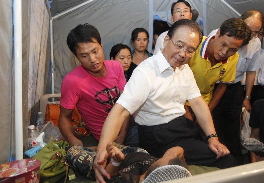 Kinijos premjeras Wen Jiabao (baltais marškiniais)