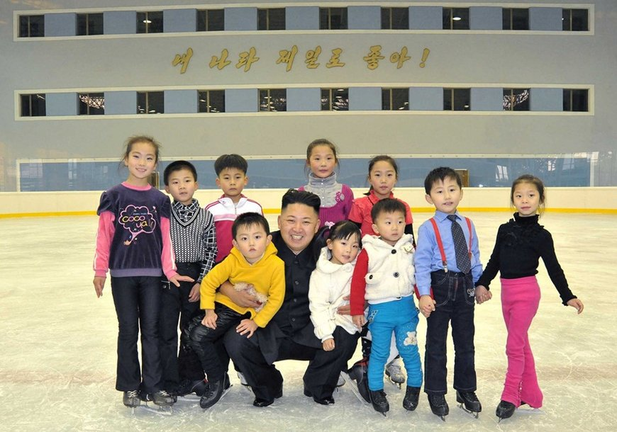 Kim Jong-unas Pchenjane aplankė čiuožyklą.
