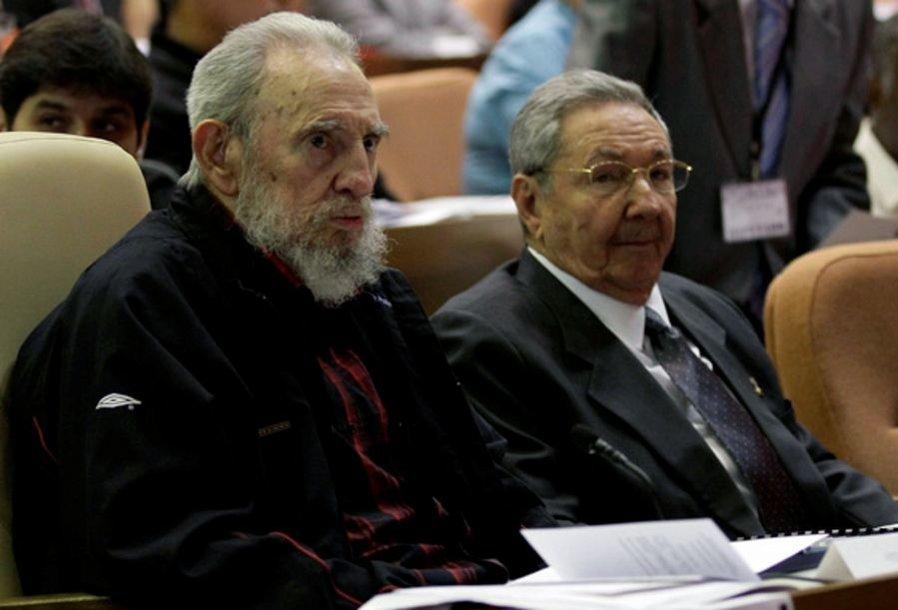 Broliai Castro, Fidelis (kairėje) ir Raulis