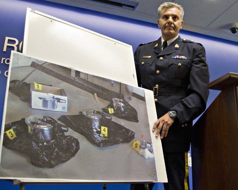 Komisaro padėjėjas Wayne'as Rideoutas demonstruoja sprogstamuosius užtaisus, pagamintus naudojant greitpuodžius.