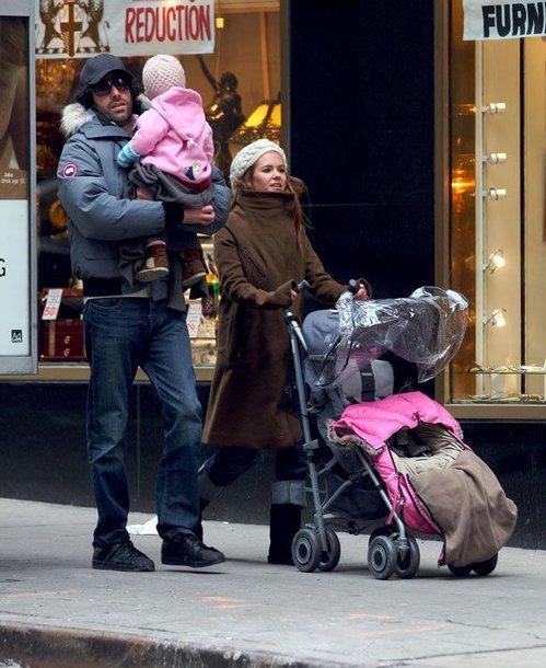 Sacha Baronas Cohenas ir Isla Fisher su dukrele