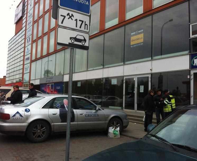 Konfliktas dėl neleistinoje vietoje pastatyto Darbo partijos automobilio