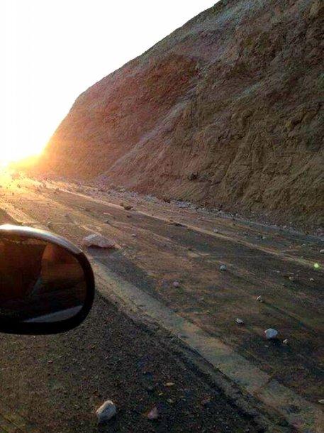 Čilėje per žemės drebėjimą ant kelio atsiritę akmenys