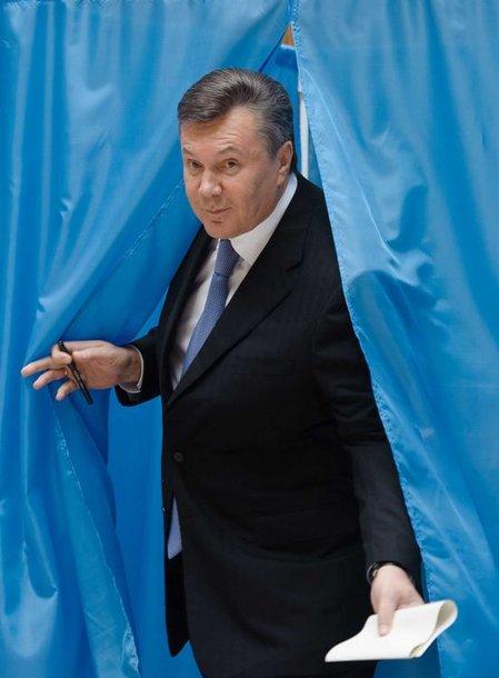 Viktoras Janukovyčius balsuoja per rinkimus