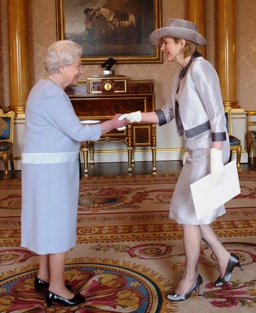 Lietuvos ambasadorė Londone Asta Skaisgirytė Liauškienė ir Jungtinės Karalystės karalienė Elžbieta II