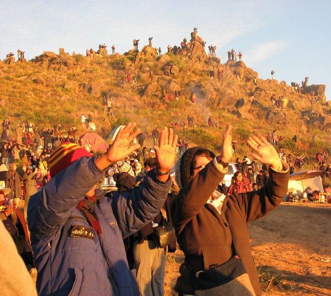 Tūkstančiai žmonių visoje Bolivijoje ankstų birželio 21-osios rytą dalyvavo Andų naujųjų sutikimo ceremonijose – iškėlę delnus sėmėsi tekančios saulės energijos