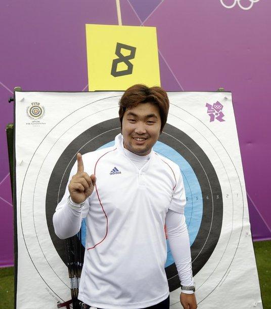 Южнокорейский лучник Им Тон Хён после победы в предварительных соревнованиях Олимпиады.
