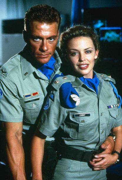 """Jeanas-Claude'as Van Damme'as ir Kylie Minogue filme """"Gatvės kovotojas"""" (1994 m.)"""