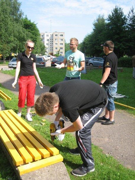 Rotaract klubo nariai pritaiso suoliukus