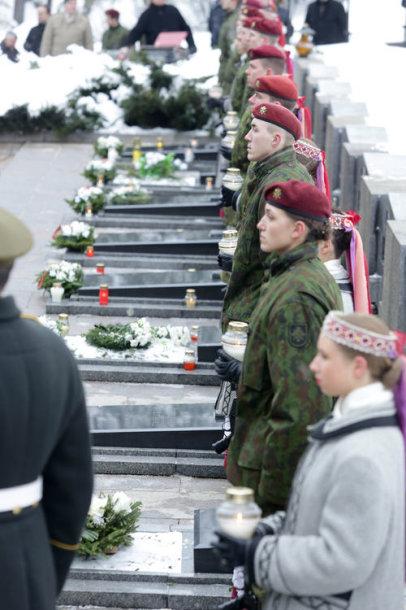 Prezidentė Dalia Grybauskaitė Antakalnio memoriale dalyvavo 1991 m. sausio 13-ąją žuvusiųjų už Lietuvos laisvę pagerbimo ceremonijoje