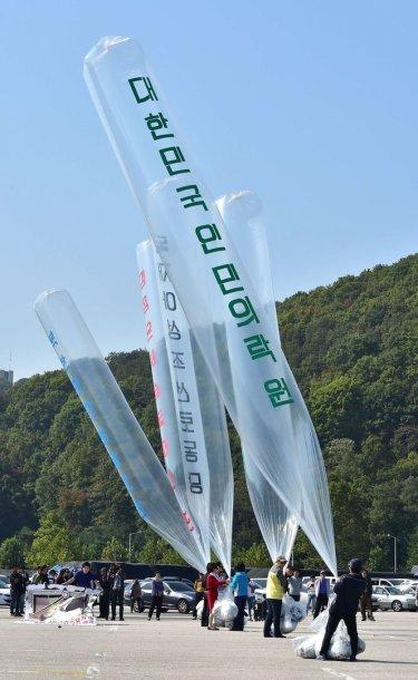 Pietų Korėjos akcijos dalyviai ruošiasi leisti balionus į Šiaurės Korėją