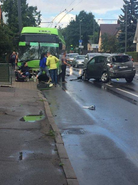 Trijų automobilių ir troleibuso avarija Kaune