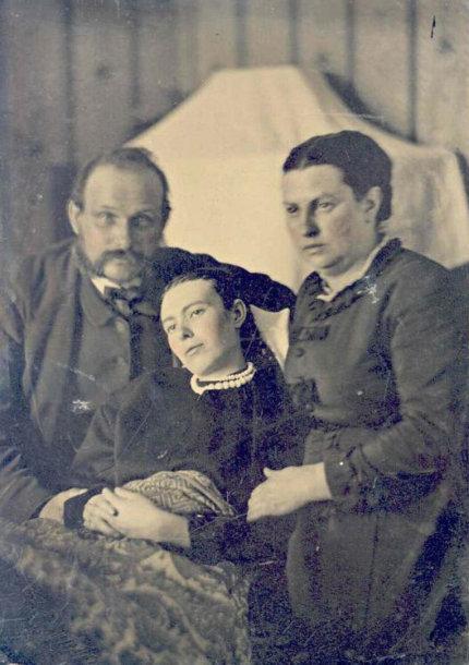 Pomirtinė mergaitės nuotrauka su šeima, XIX a. antra pusė