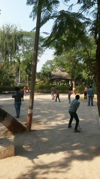 Kriketą žaidžiantys vaikai Indijoje, Mukti ašrame