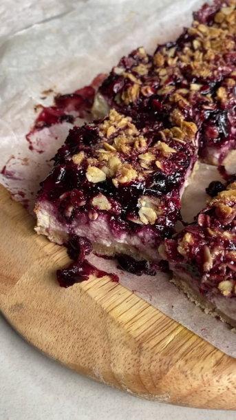 Sveiko gyvenimo būdo propaguotojos avižinis varškės ir serbentų pyragas: lengva, sveika ir skanu (video stop kadras)