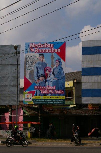 Ramadano proga gyventojus sveikina vietos politikai, reklamos kviečia pasinaudoti specialiomis nuolaidomis.