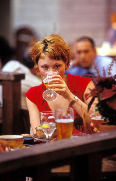 Mergina geria alų