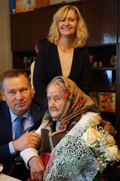 Alytaus rajono  meras A. Vrubliauskas, savivaldybės Socialinės paramos skyriaus vedėja Dalia Burlinskienė pasveikino vyriausią 105 metų sulaukusią rajono gyventoją Zuzaną Viselgienę.