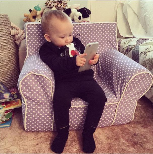 """Vaikas su """"iPhone 6 Plus"""""""