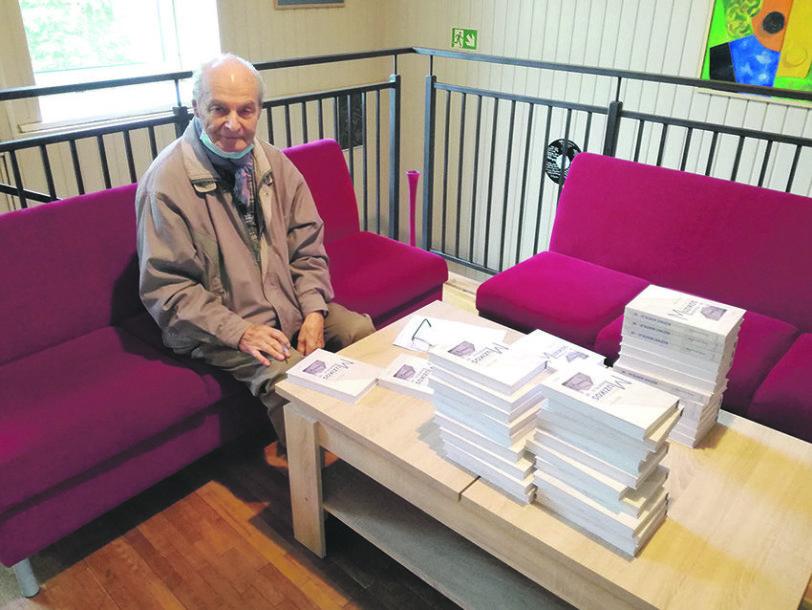 J.Jucevičius rašo autografus muzikos mokykloje prieš jo knygos pristatymą.