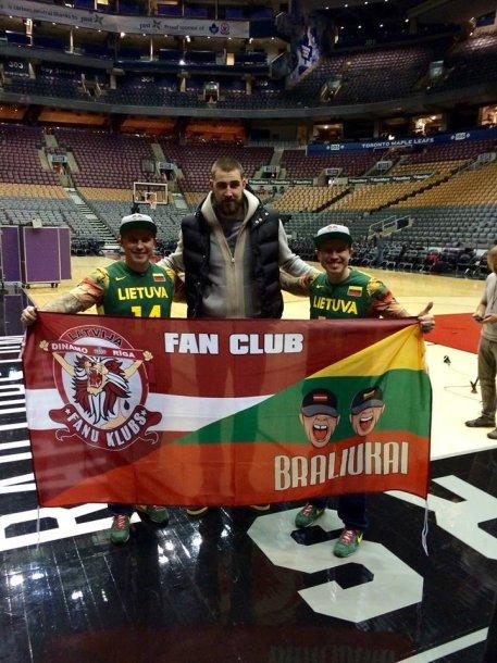 """Broliai Normundas ir Nauris Maciai Toronto """"Raptors"""" arenoje"""