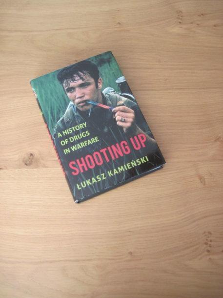 "Łukaszo Kamieńskio knyga ""Įsišaunant: Trumpa narkotikų ir karo istorija"" (Shooting Up: A Short History of Drugs and War)"