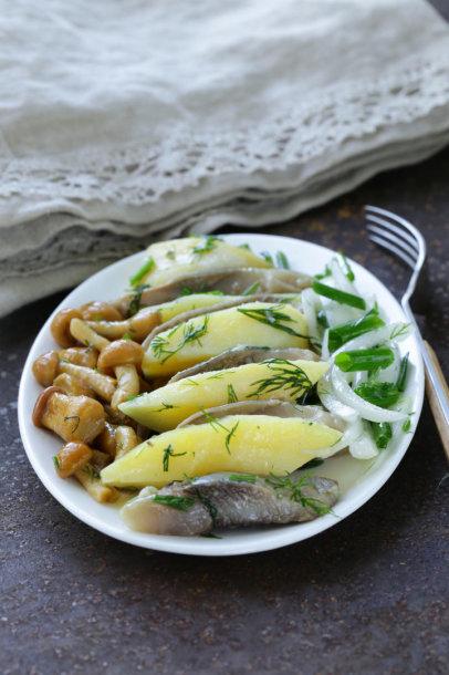 Silkė su bulvėmis ir marinuotais svogūnais
