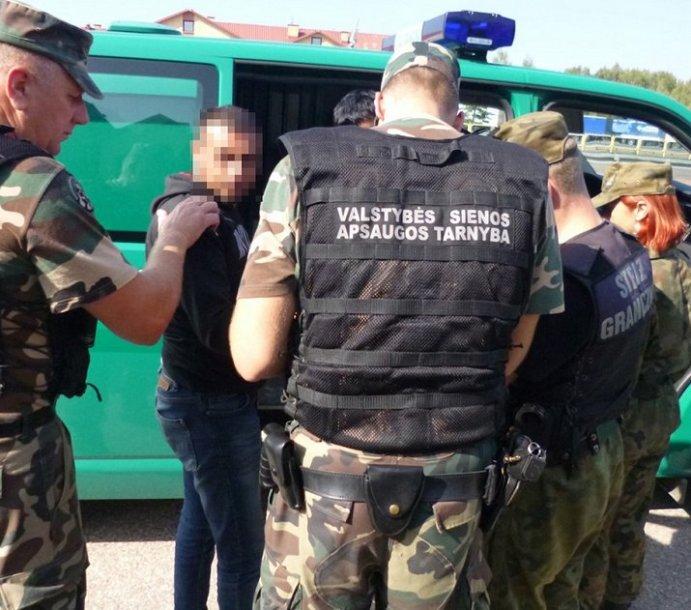 Lietuvos pasieniečiai kolegoms iš Lenkijos perdavė aštuonis migrantus iš Irako