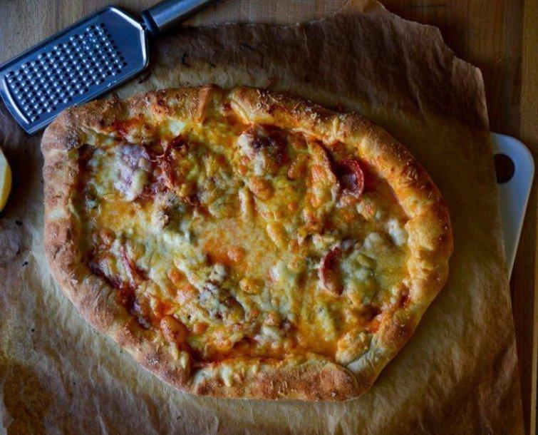 Pica traškiu sūrio kraštu