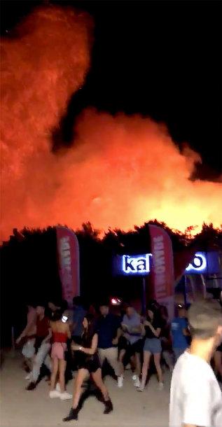 """Kroatijos """"pramogų saloje"""" kilus miško gaisrui evakuoti tūkstančiai turistų"""