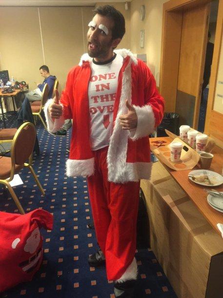 Joe Stapletonas Čekijoje įsikūnijo į Kalėdų Senelio vaidmenį
