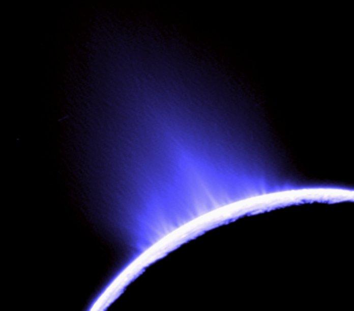 Geizeriai Saturno palydove Encelade.