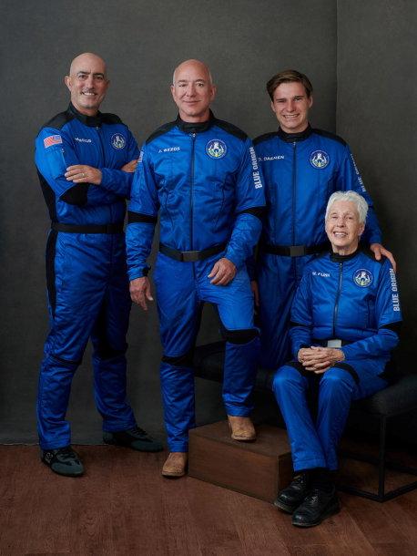 Iš kairės: Milijardierius Jeffas Bezosas, jo brolis Markas Bezosas, novatorė aviatorė Wally Funk ir neseniai Nyderlandų vidurinę mokyklą baigęs Oliveris Dėmenas.