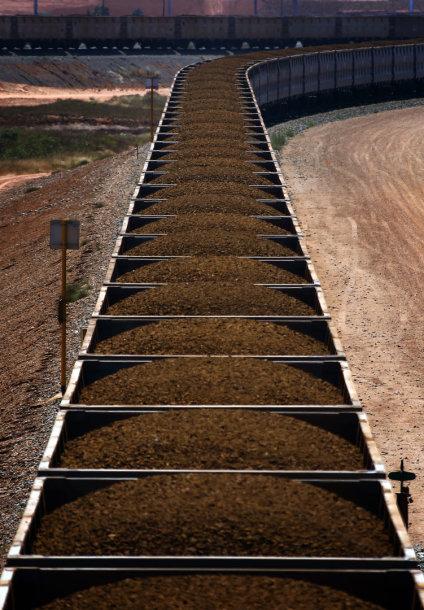 """""""Rio Tinto"""" traukinys, pakrautas geležies rūdos"""