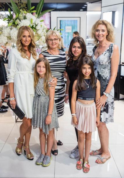 Violeta Repčenkaitė ir Ramunė Repčenkaitė-Majithia su mama Sabina Repčenkiene ir dukromis