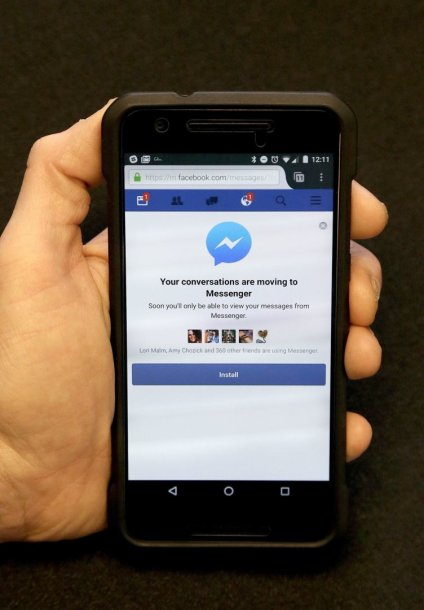 """""""Facebook"""" vartotojus priverstinai siekia įsirašyti """"Messenger"""" programėlę"""